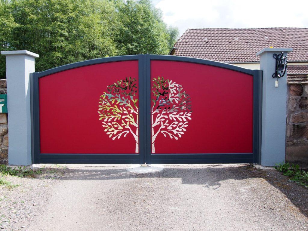 portail rouge arbre